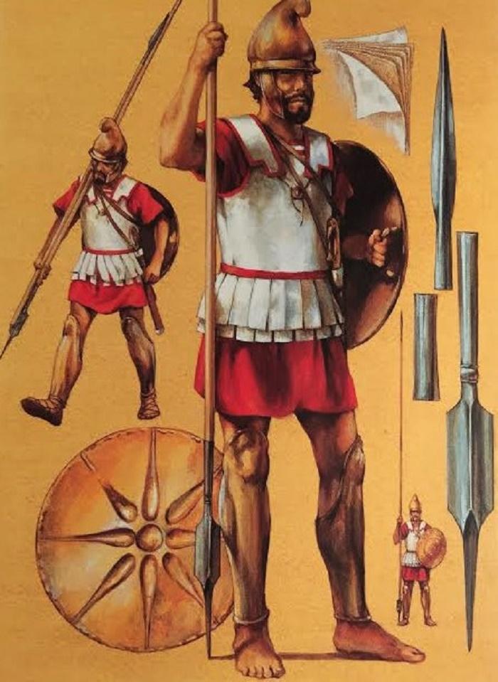 Falanogisotilas yllään täysi haarniska. Tällä tavoin varusteltu mies olisi taistellut etulinjassa. Sotilaalla on fryygialainen kypärä, joka ei estänyt kuulemista eikä näkemistä toisin kuin aiemmin kreikkalaisten hopliittien käyttämät korinttilaistyyliset kypärät. Sotilaalla on yllään monesta kerroksesta koostuva pellavainen rintahaarniska ja säärisuojukset. Olkavyö kannatteli kilpeä, jonka ulkopintaa koristi kahdeksansakarainen tähti. Sarissan päässä on kantapiikki, jollainen on löydetty mm. Verginasta. Kuvassa olevalla sotilaalla on hihnassa kopsis eli käyrämiekka.