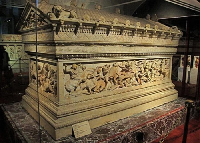 Tämä ns. Aleksanteri sarkofagi on Sidonista löydetty antiikin aikainen sargofagi, joka on koristeltu kuudella kohokuvioinnilla. Nämä kohokuvat esittävät mitä todenäköisemmin Aleksanteri Suurta ja Abdalonymosta, Sidonin viimeistä kuningasta. Abdalonymos on teetättänyt sargofagin ja se on tehty vuosina 325 eaa.-311 eaa. Sargofagi löydettiin Sidonin nekropoliista. Sargofagi on nykyään nähtävillä Istanbulin arkeologisessa museossa.
