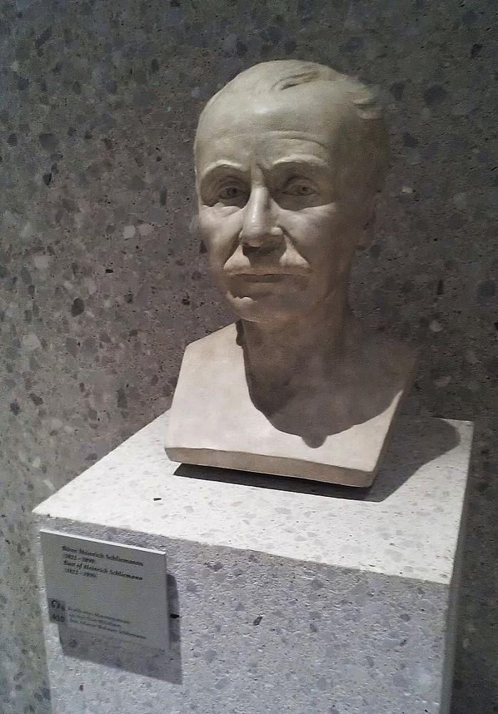 Bust_of_Heinrich_Schliemann_in_Neues_Museum,_Berlin (1)