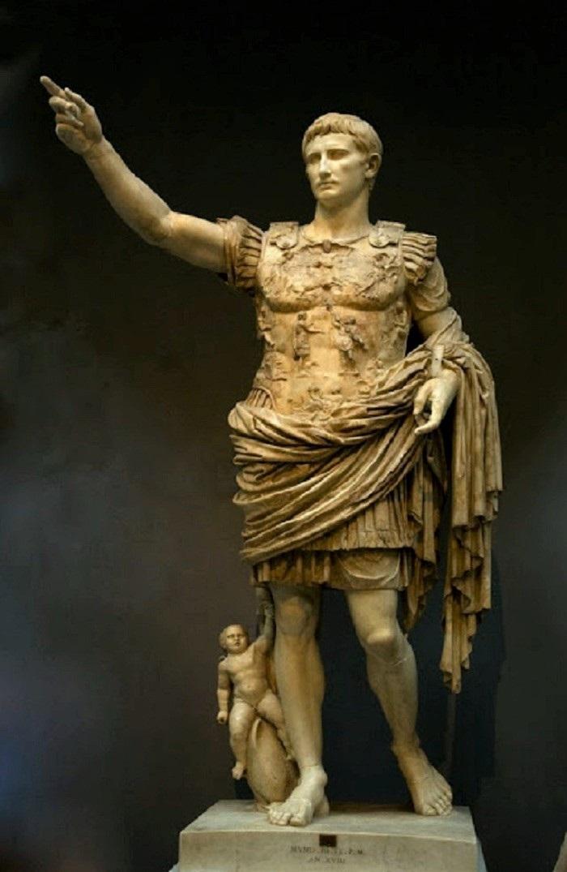 Prima Portan Augustus-patsaassa on myös Amor mukana. (2)